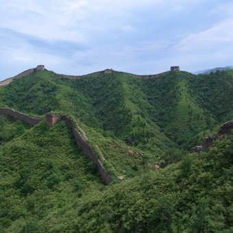 Group at Jinshanling with the winding dragon wall